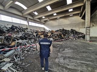Scoperta a Casavatore una discarica abusiva con carcasse di auto e rifiuti pericolosi
