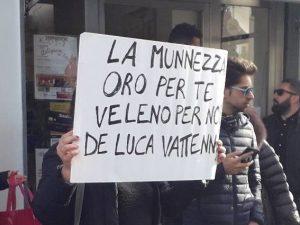 Alcuni cartelli di contestazione verso Vincenzo De Luca. [Foto dalla pagina Facebook: Stop allo Scempio Ambientale Ovunque - Aversa]
