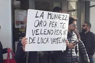 Emergenza rifiuti ad Aversa, lanciati sacchi di spazzatura contro Vincenzo De Luca