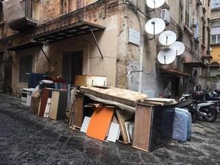 Napoli, la zona di Salvator Rosa inondata di rifiuti: cumuli di immondizia in strada