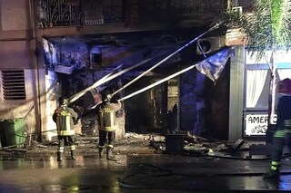 Casoria, cacciano i clienti dal bar e gli danno fuoco: locale distrutto dalle fiamme