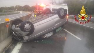 Incidente sull'autostrada A16, automobile sbanda e si ribalta: ferito un 33enne