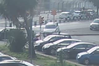 Incidente a Fuorigrotta: auto travolge semaforo e si schianta, passanti sfiorati