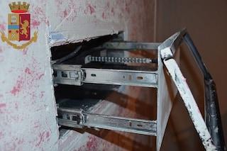 Caserta, dietro il televisore il nascondiglio hi-tech pieno di armi e droga
