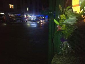 I fiori portati davanti alla caserma del comando provinciale dei Vigili del Fuoco di Avellino.