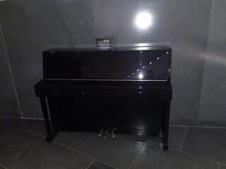 Napoli, il pianoforte nella stazione di Municipio è tornato a suonare