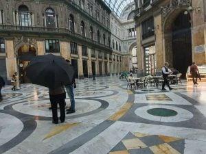 Piove nella Galleria Umberto a Napoli