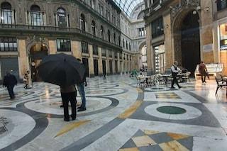 Bomba d'acqua su Napoli: vento forte, piove in Galleria Umberto e nelle stazioni della metro