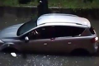 Piscinola, la strada si allaga e resta bloccato in auto, salvato dalla Polizia