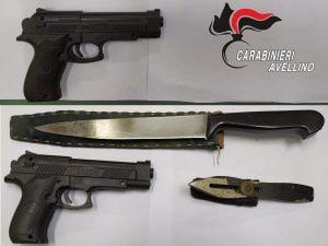 Le pistole, il coltello e il pugnale trovati dai carabinieri di Avellino addosso al 50enne di Montoro.