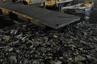 Maltempo, dopo la mareggiata il porto di Salerno è invaso dalla plastica
