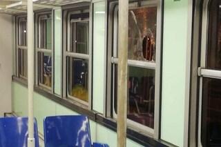 Napoli, paura sulla metropolitana linea 2: lancio di sassi contro i finestrini, vetri rotti