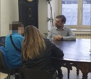 """""""Chiudi le scuole o ti accoltello"""": il sindaco di Aversa incontra uno degli studenti che l'ha minacciato"""