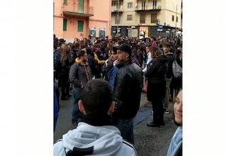 Fuorigrotta, pochi bus per arrivare all'università: decine di studenti stipati alla fermata