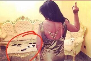 Tina Rispoli su Instagram: gioielli e pistole, come i rapper americani