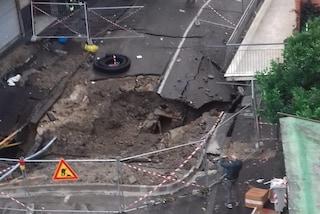 Allerta meteo Napoli, voragine in via Masoni: evacuati due palazzi, sfollate 25 famiglie