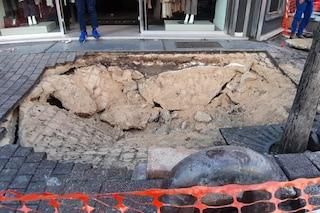 Soccavo, in via dell'Epomeo sprofonda il marciapiede, voragine nella strada dello shopping
