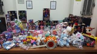 Napoli, giocattoli di Natale pericolosi pronti ad essere venduti: scatta il sequestro