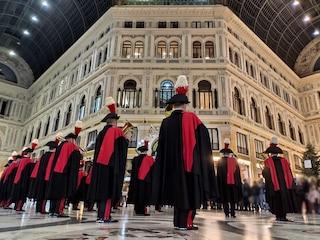 Gli auguri di Buon Natale della Fanfara dei Carabinieri in giro per le strade di Napoli