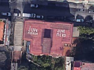 """""""Juve Me..a"""": la scritta su un tetto di Napoli visibile con Google Earth"""
