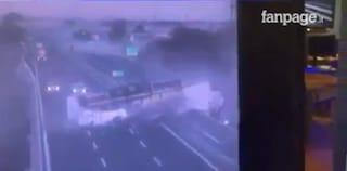 Incidente sull'Autostrada A30: tir sbanda, si ribalta e invade l'altra carreggiata