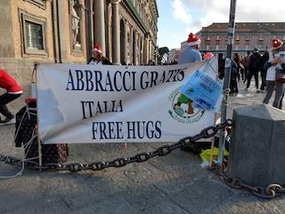 """""""Abbracci gratis"""": in piazza Plebiscito a Napoli è di scena l'affetto senza pretese"""