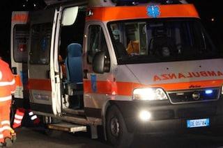 Napoli, ambulanza e operatori sequestrati all'ospedale Loreto Mare: costretti a soccorrere un 16enne