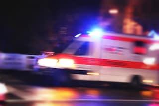 Napoli, petardo contro l'ambulanza: ferito un medico