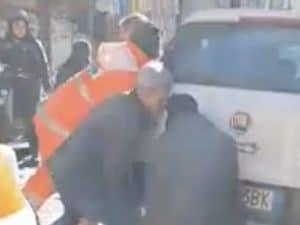 Napoli, ambulanza bloccata dalle auto in sosta, soccorritori le spostano a mano