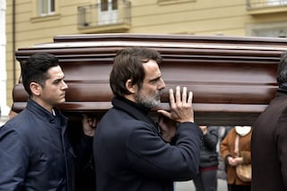 """""""Era bello camminare al tuo fianco"""": le lacrime di Alessandro Preziosi al funerale del papà"""