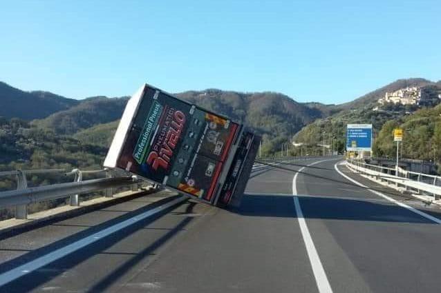 Cilento, camion si ribalta a causa del vento e finisce in bilico sul guardrail