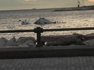 Una barca affondata davanti al Lungomare: e nessuno l'ha rimossa