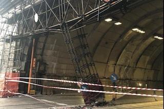 Galleria Vittoria chiusa: sta crollando l'enorme impalcatura sulla facciata, incidente con un'auto
