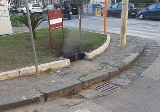 Black out a Napoli, il fumo esce dai tombini: causato da incendio nel sottosuolo
