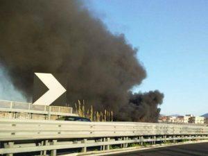 Il fumo dell'incendio visibile dalla strada