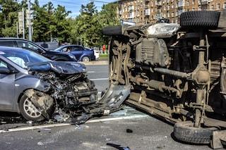 Incidente a Napoli Est, feriti due bambini: automobilista scappa ma perde la targa