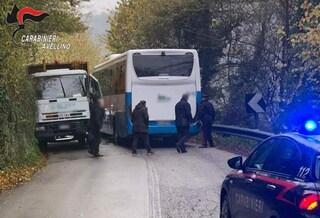 Avellino, incidente tra un autocompattatore e un bus: tutti illesi i 10 bambini a bordo