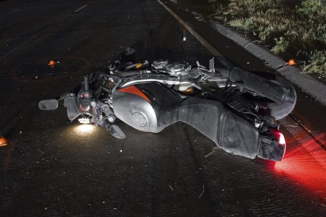 Tragedia sull'Asse Mediano, perde il controllo della moto e si schianta sull'asfalto: morto 39enne