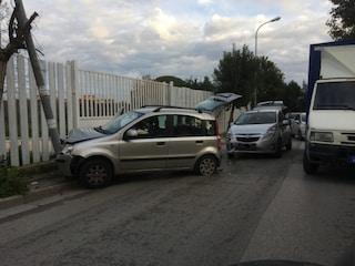 Incidente a Villaricca, auto si schianta contro un palo della luce: traffico in tilt
