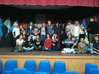 Maestri di strada e studenti, spettacolo e laboratori con gli operai Whirlpool