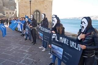 Napoli, attivisti con la maschera dell'Urlo di Munch nel flash mob per l'ambiente