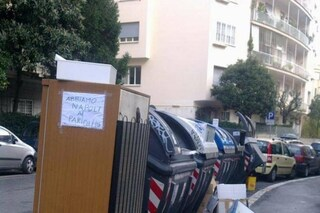 """""""Abbiamo Napoli ai Parioli"""": bufera sul cartello a Roma che ironizza sull'emergenza rifiuti"""