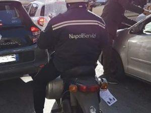 Napoli, porta una bombola di gas sullo scooter senza targa, con la divisa di NapoliServizi