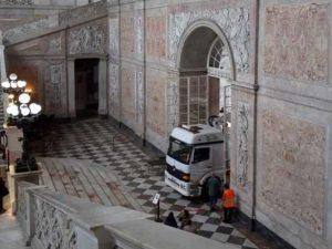Camion entra a Palazzo Reale, Napoli – Foto Francesco Emilio Borrelli