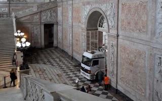 Napoli, la foto che indigna: camion entra dentro il Palazzo Reale