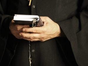 Carinola, prete va in carcere per la Messa, ma viene scoperto con 9 cellulari addosso