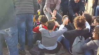 Scontri polizia-manifestanti davanti Castel Dell'Ovo. Due giovani portati in questura
