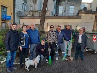 Napoli, ex parcheggiatori abusivi con reddito di cittadinanza ripuliscono piazza Mazzini