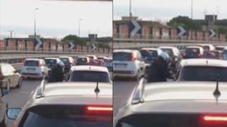 Ladri in moto pistola in pugno tra le auto in coda: il video della rapina