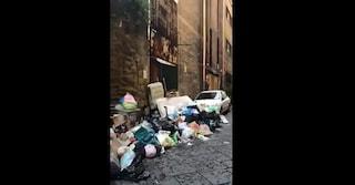 Napoli, bimbi al gelo all'asilo Scura: cumuli di immondizia davanti al vano riscaldamento